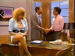 Hussy secretaresse krijgt haar kutje geneukt op de baas tabel