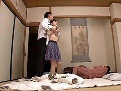ربة منزل يوو كواكامي مارس الجنس من الصعب في حين رجل آخر الساعات