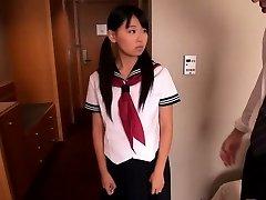 Japán iskoláslány Airi Sato megütötte az idősebb férfi