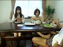 אסיה Foojtob מתחת לשולחן