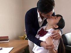 יפנית המכללה חמוד מפתה את המורה שלה, ואז מוצצת את הזין הטעים שלו ב-69 פוזה