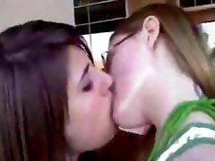 Kissing girls 28