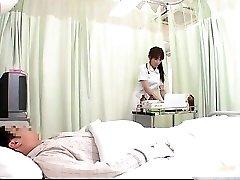 Cornea GIAPPONESE infermiera che fa corpo esame di questo part1