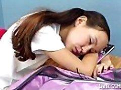 asian schoolgirl con le parentesi graffe