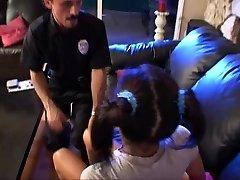 ティーンの女の子シッタリ怖の警官たち