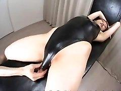 Azijos moteris su maudymosi kostiumėlį ir losjonas