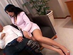 Whorish Azijos sekretorius masturbates jos twat tiesiai priešais jos šeimininkas