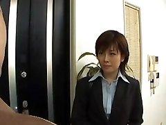 Yukino auszieht, office-Anzug, während das saugen