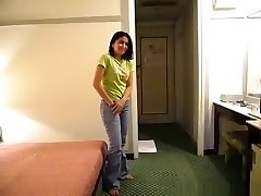 Pattaya femme de chambre baise une partie mec dans sa chambre d'hôtel pour obtenir une pointe