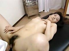 Poilue amateur étudiant ayant de massage
