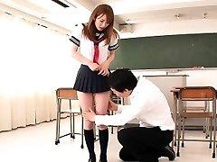 Japanische Schulmädchen slutty im Klassenzimmer