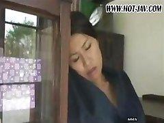 אישה יפנית מוצץ את הזין שלו, מקבל זיין והוא גרוע שוב