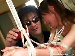 Asya acımasız Japon bdsm ve mum işkence teen