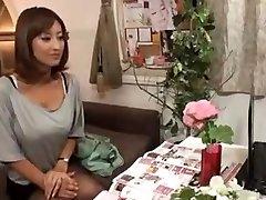 חרמנית יפנית אשתו עיסה ואז נדפק
