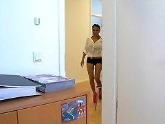 Asia Schlampe Kim wird bei der Arbeit gefickt