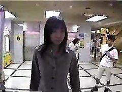 בחורה יפנית עירום בציבור