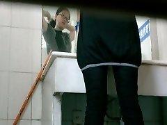 שירותים מציצן וידאו של בחורה אסייתית משתין מסעדה