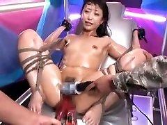 Atado Asiática puta es estimulada por los juguetes orgasmo