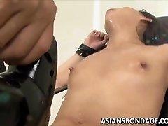 Asia chica bond y fuckd por una máquina de mierda