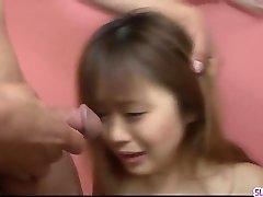 Noriko Kamo üdvözli hatalmas centis farka le a seggem