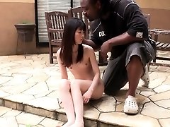 Majhen Japonski dekle gags na veliko črno kurac na prostem