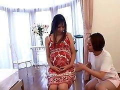 Japonais infirmière prend soin de sa patiente Enceinte