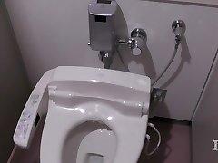 Élitiste anormale de la femme. Dans la salle de bain en un lieu de travail, onan