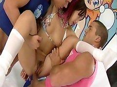 Katsumi trvá tri kohútiky v jej otvorov,