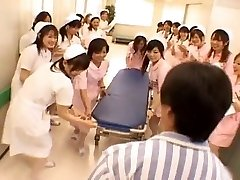 Asiática enfermeiros em um dia quente de gangbang