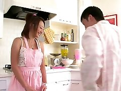 Roztomilý Asian babe miluje cicať penis v kuchyni