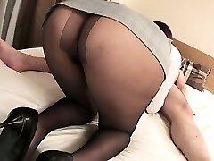 Mai Asahina trvá na hrubé péro v jej pantyhose na koni