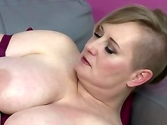 Bigtit mature mummy feeding her hungry cunt