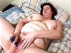 Fat hottie dildo fucks her juicy cunt