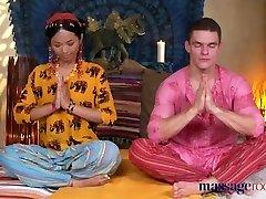 massage kamers hete thaise masseuse neemt harde pik in haar gepiercete kutje