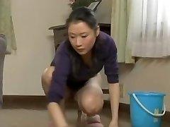 Hrabra sobarice razbistri u kući i bez gaćica