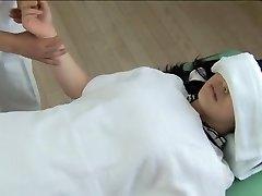 Prachtige Jap wordt vastgeschroefd in de kinky spy cam massage clip
