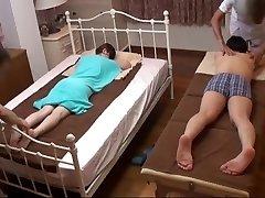 Man Horloges Japanse Vrouw Voor een Ondeugende Massage - 2