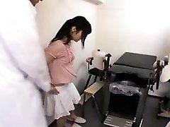 Vakre Orientalske jente får henne tett hårete fersken forsiktig