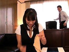 Japāņu nobriedis Hana Haruna spanked uz galda