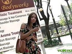 tuk-tuk-patrol - sexy thai jente tar på seg store hvite kuk