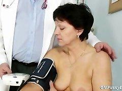 Mature woman Eva visits gyno medic to get gyno mature examination
