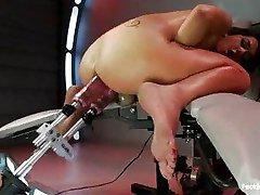 Dupla penetração máquina fode morena