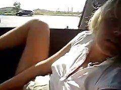 Moja topla žena masturbira u automobilu. Amaterka javno brijeg