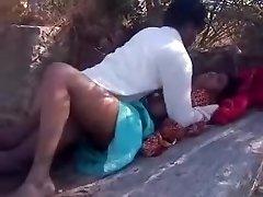 Adorável sexo bhabi fica abarrotado fortemente ao ar livre
