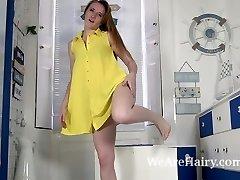 Sabrina Jay tar av sig klänningen och underkläder till strip
