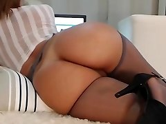 Cougar webcam with an amazing body!!
