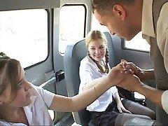 elevă în acțiune pe autobuz