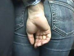 fata a atins în autobuz