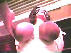 Sadista baví s některými velkými juggs