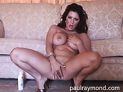 Sexy babe Jessica fucks herself
